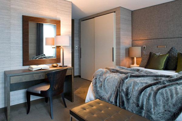 Два апартамента слети в един - спалня с огледало