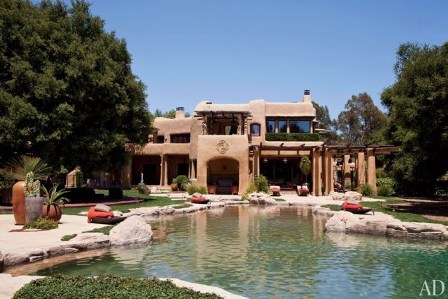 Домът на Уил Смит с басейна пред него