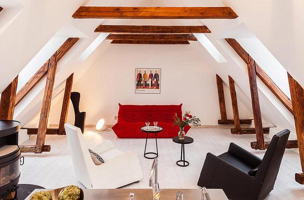 Двуетажен апартамент в Стокхолм - червено канапе