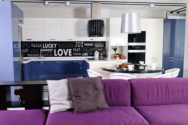 Модерен апартамент в Одеса - канапе в лилаво