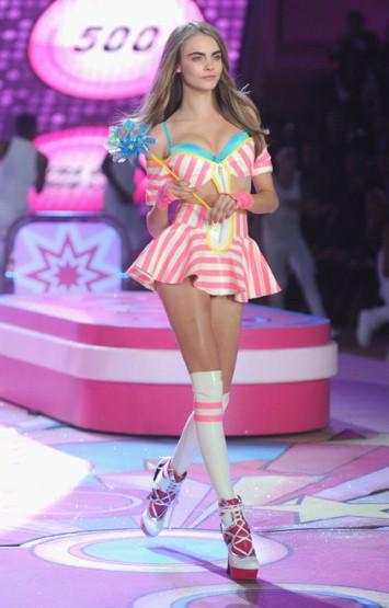 Известният британски модел на Burberry Кара Делевин за Victorias Secret