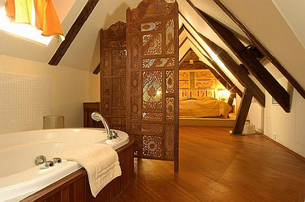 Спалня в мансарда с интериор в ориенталски стил