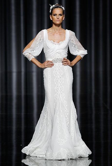 Уникална булчинска рокля с прав силует и дантела Pronovias 2012
