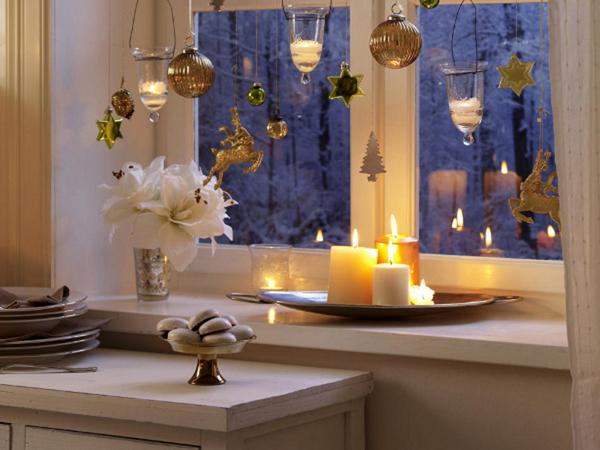 Красива коледна декорация със свещи край прозореца