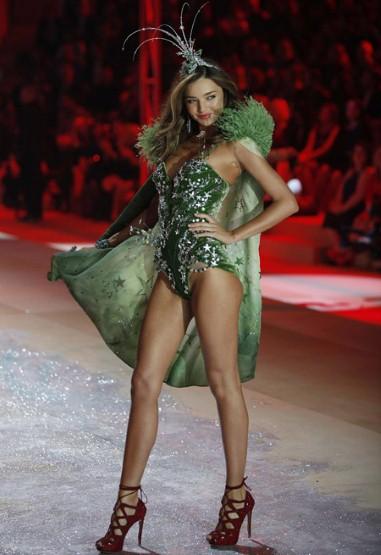 Миранда КЕр в пищно украсено зелено бельо Victoria's Secret