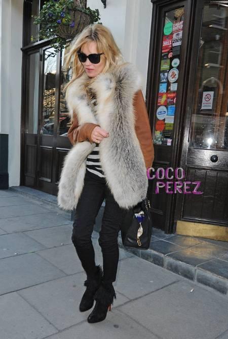Кейт Мос в елек сребърна лисица