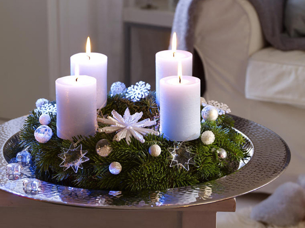 Коледна украса борови клонки и свещи в поднос сребърен