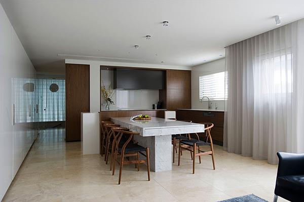 Малък апартамент в Сидни - трапезна маса