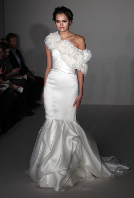 Булчинска рокля русалка с едно рамо ALvina Valenta 2012