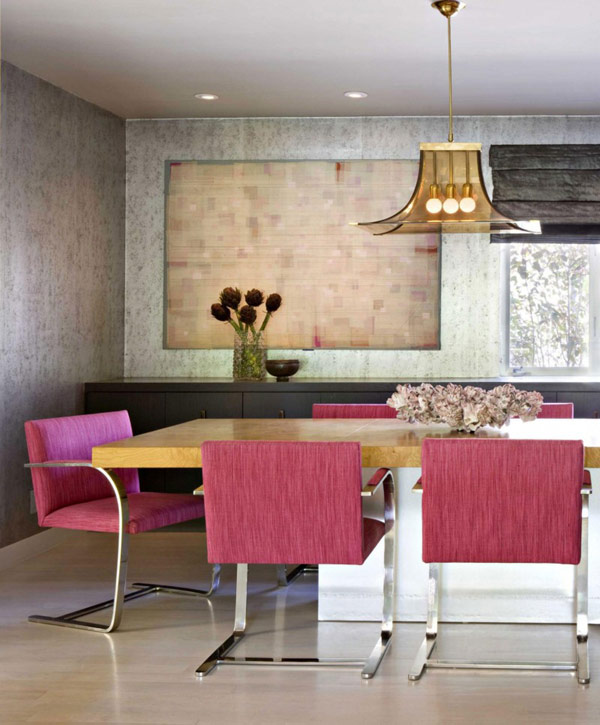 Трапезна маса с розови столове