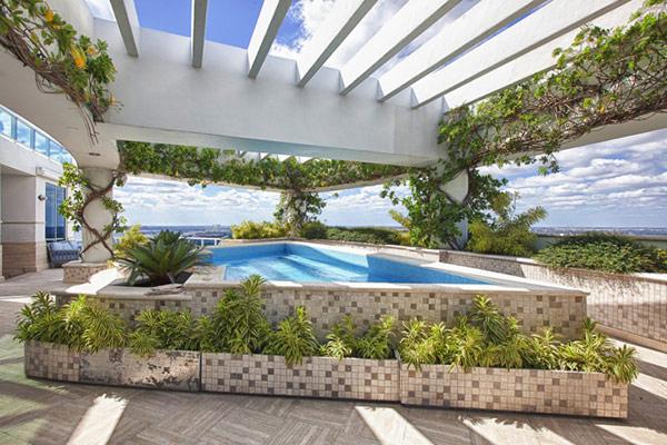 Пентхаусът на Фарел Уилямс - тераса с басейн