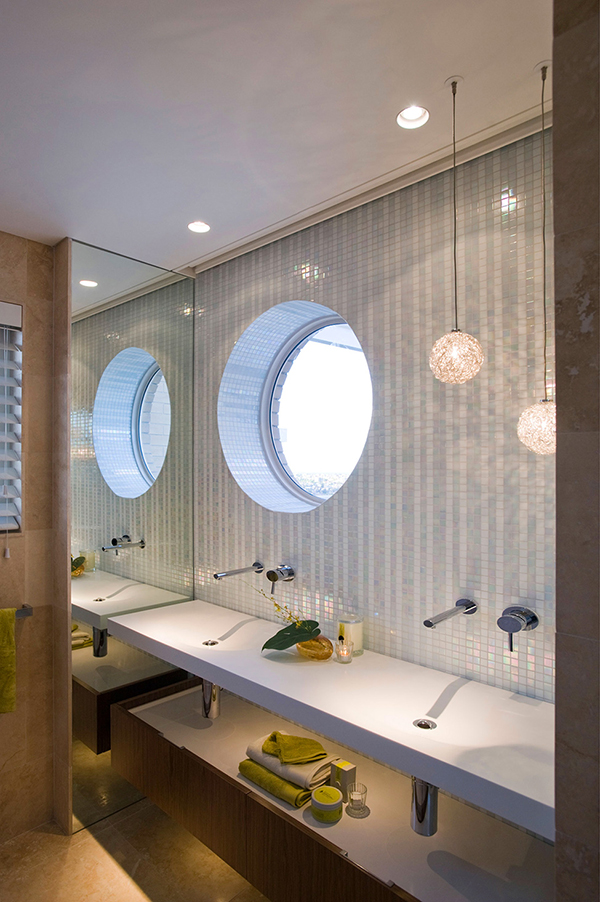 Малък апартамент в Сидни кръгъл прозорец в банята