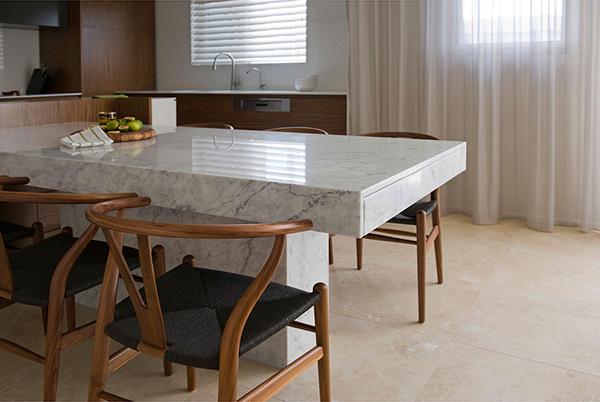 Малък апартамент в Сидни - маса със столове