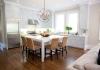 Квадратен бял кухненски остров с ратанови столове