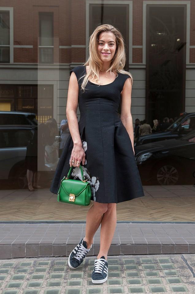 Черна рокля с кецове