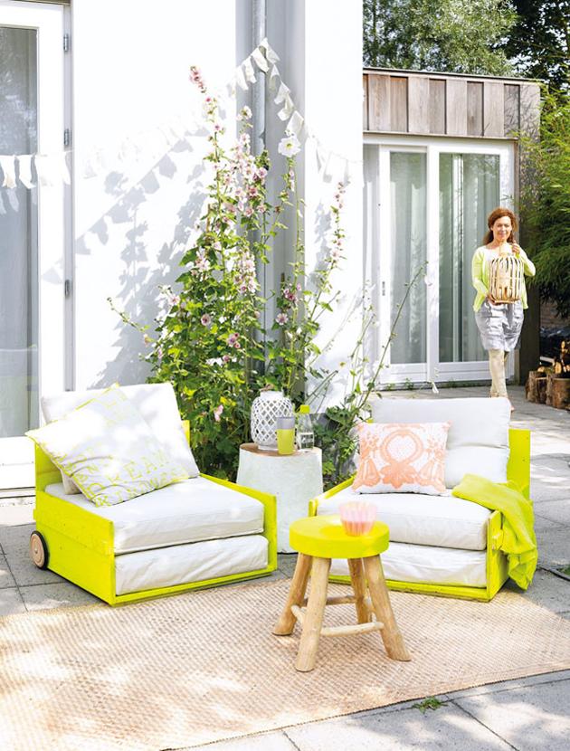 Красива градина с мебели