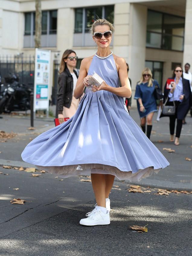 Синя рокля и бели маратонки