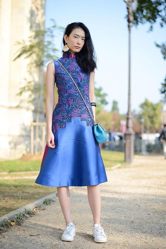 Елегантна синя рокля и маратонки