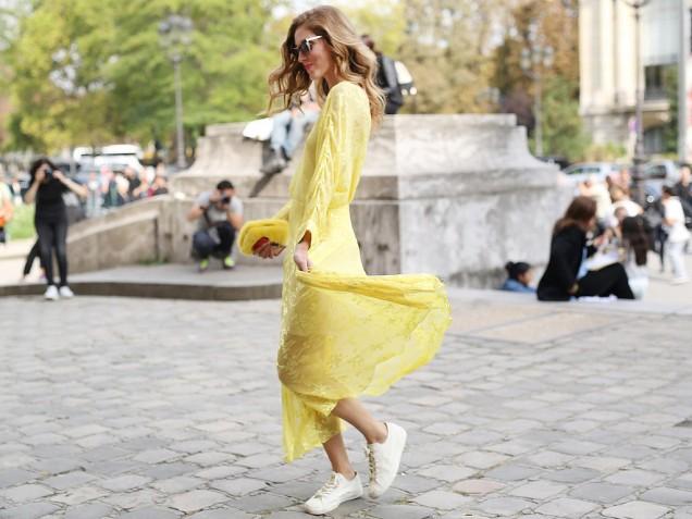 Нежна жълта рокля в комбинация с кецове