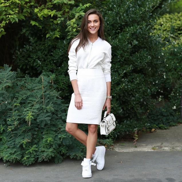 Бели дрехи и бели кецове