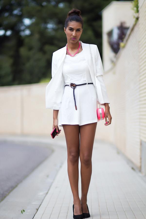 Мини бяла рокля комбинирана с бяло сако лято 2015