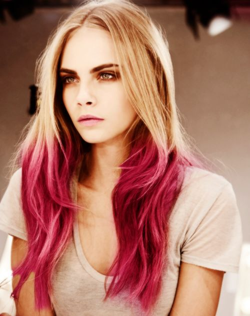 Кара Делевин с розова омбре коса