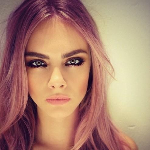 Кара Делевин с розова коса