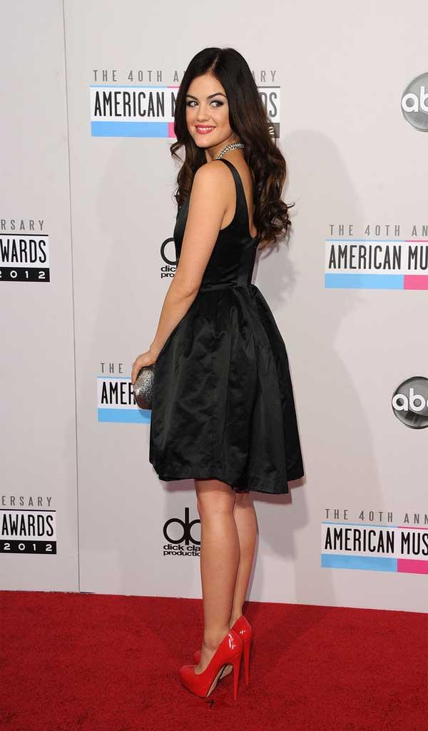 Черна рокля и червени обувки