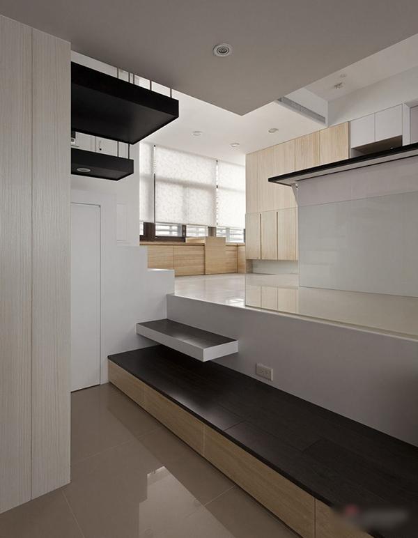 Креативен дизайн дневна със стъпало към кухня