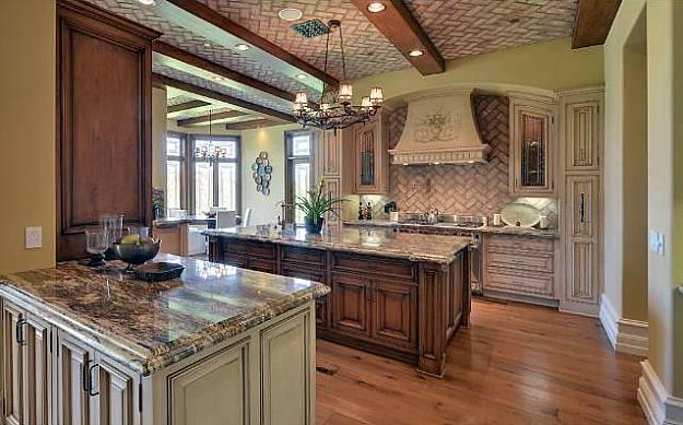 Домът на Ким Кардашиян и Кайни Уест - кухня с дърво и мрамор