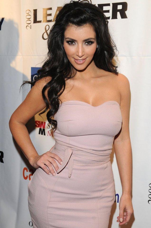 Ким Кардашиян в официална рокля
