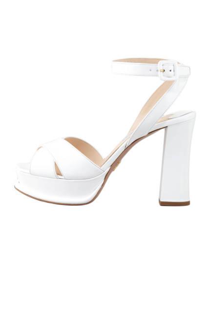 Белите обувки на висок ток
