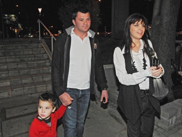 Жени Калканджиева и мъжа й Тачо с детето