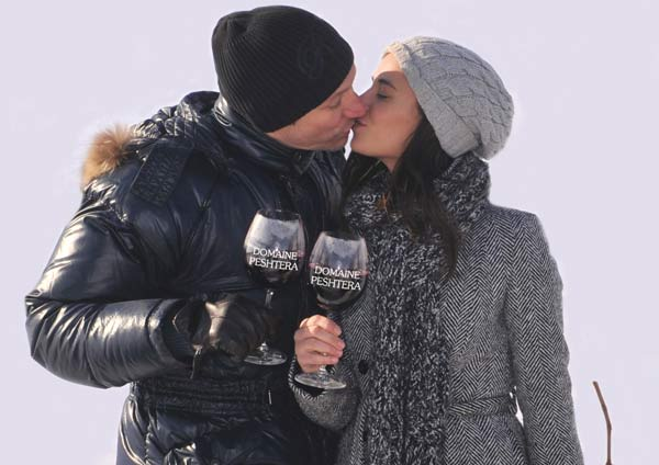 Деян Донков и Радина Кърджилова с чаши вино