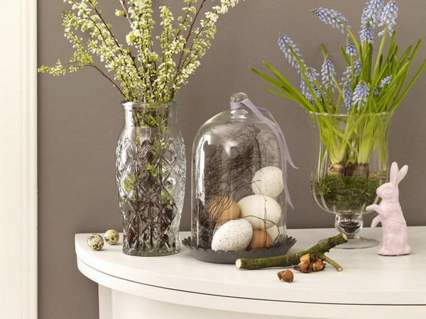 Великденски декоративен ансамбъл - зайче, яйца и живи цветя във ваза