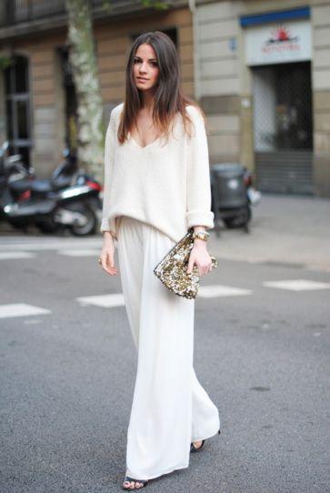 Широк бял пуловер и широк бял панталон за есен 2015
