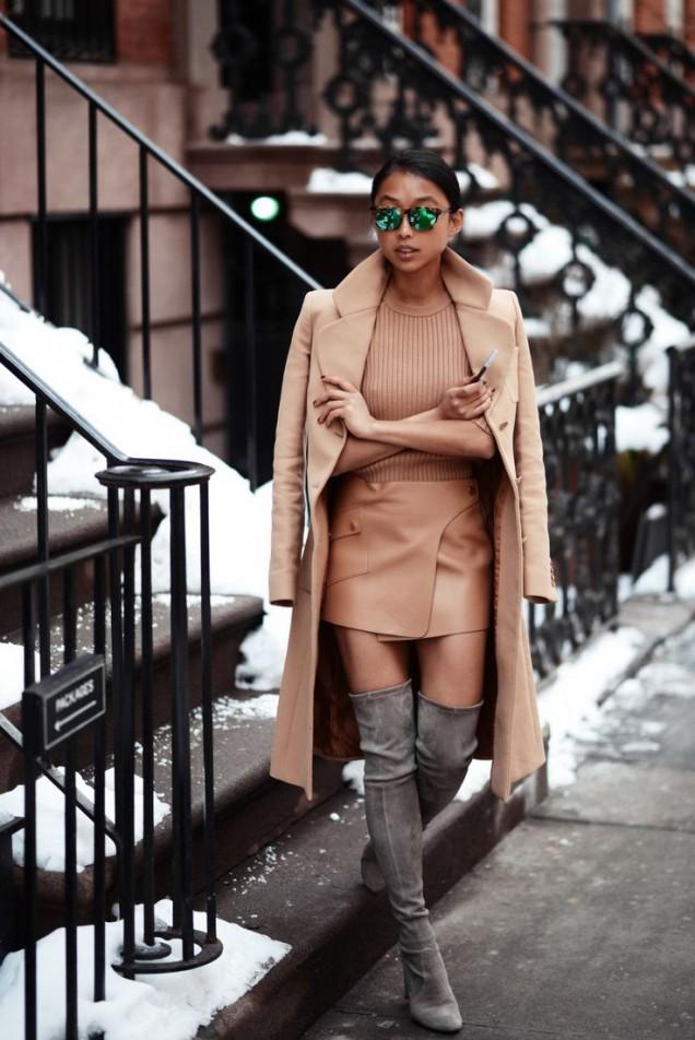 Сиви велурени чизми с къса кожена пола и палто есен 2015