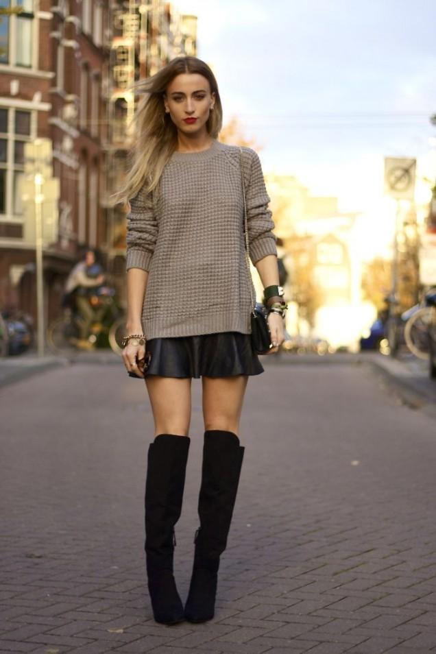Черни велурени чизми с къса кожена пола и широк пуловер