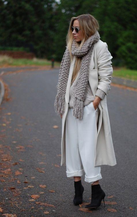 Бял широк панталон със светло дълго палто есен 2015