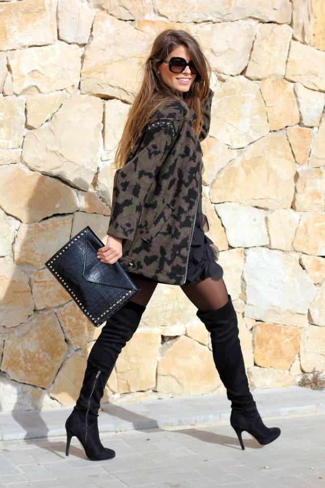Велурени чизми на висок ток с екстревагантна рокля