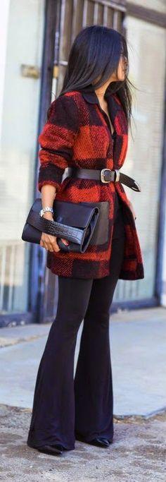 Елегантно карирано палто в червено и черно с кожен колан