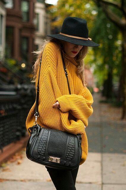 Широк жълт пуловер, комбиниран с прекрасна шапка есен 2015