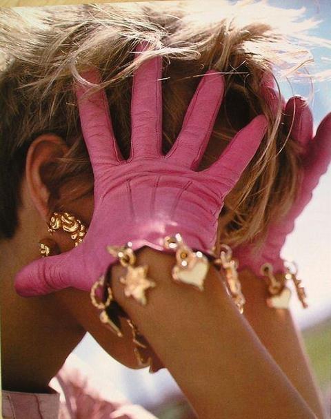 Ефектни кожени ръкавици в розово с дранкулки 2016