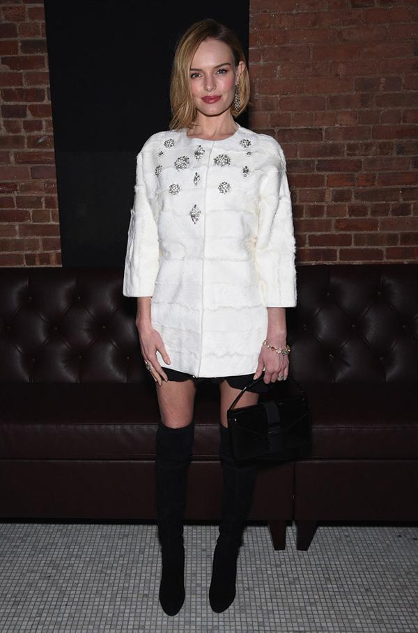 Черни чизми в комбинация с бяло късо палто зима 2015