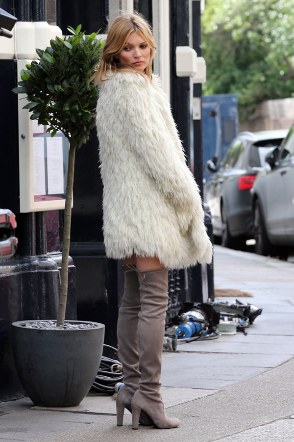 Дълги ботуши в комбинация с късо палто зима 2015