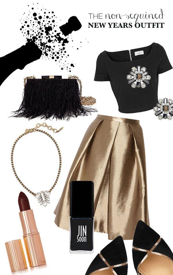 Раздвижена модерна комбинация със златна пола и къса блузка