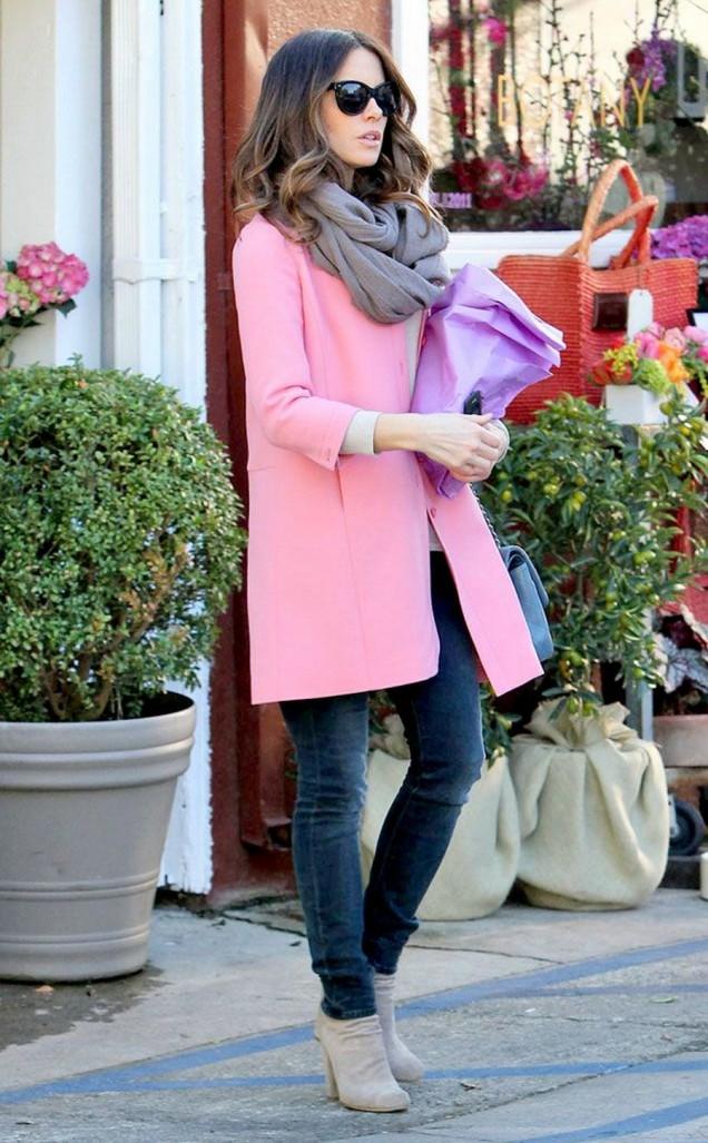Модерна зима с розово палто