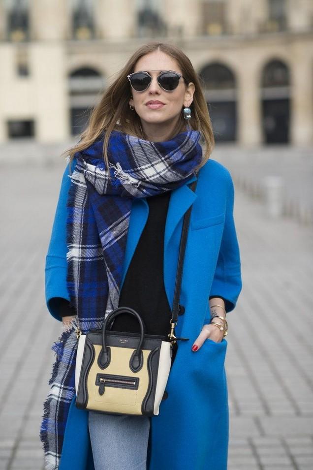 Синьо палто комбинирано с кариран шал