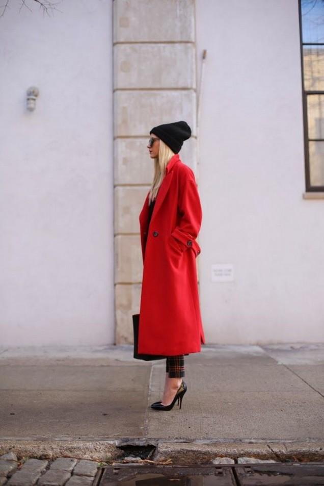 Дълго червено палто