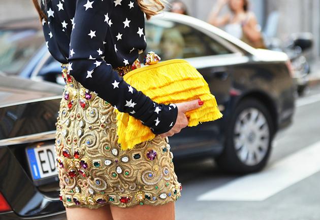 Как да комбинирате малка жълта чанта